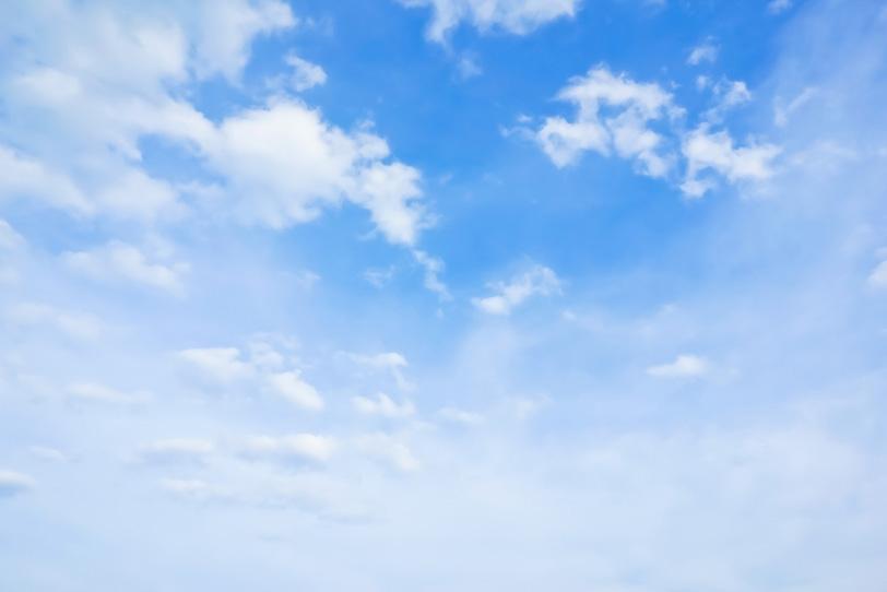 青空が薄雲の彼方に続くの写真画像