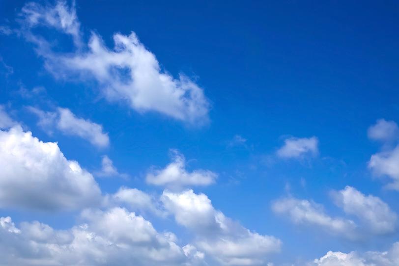 澄み切った青空に綿雲が浮かぶの写真画像