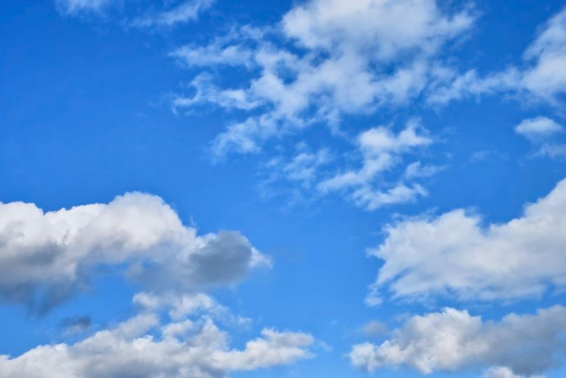 晴朗な青空に白雲が流れるの写真画像