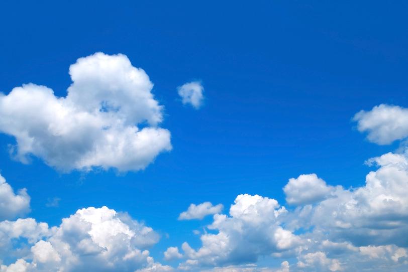 群がる積乱雲上の青空の写真画像