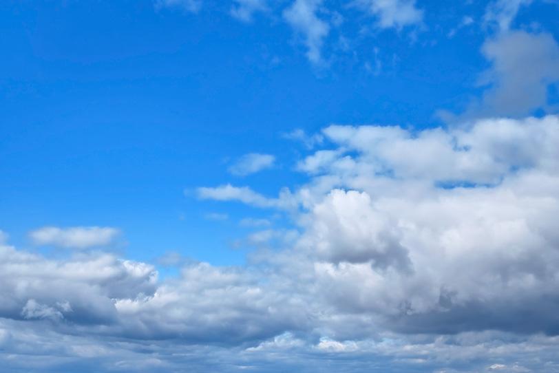澄み切った青空の下の群雲の写真画像