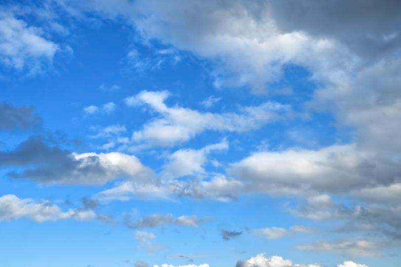 たくさんの雲と澄んだ青空の写真画像