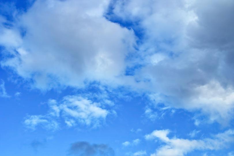 雲が滲む明澄の青空の写真画像