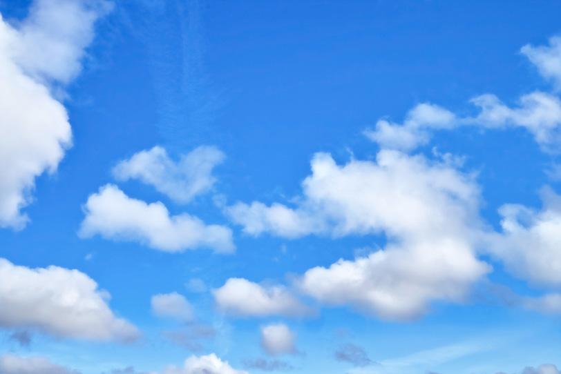 ふわふわと浮かぶ雲と青空の写真画像