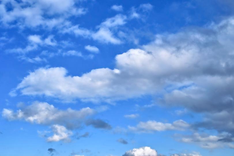 なびく雲と蒼茫たる青空の写真画像