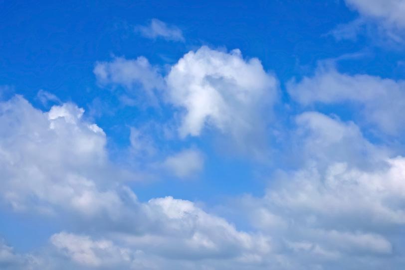 白雲と濁りがない青空の写真画像