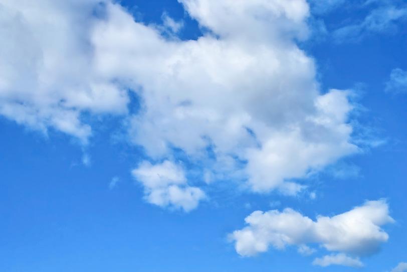 積雲が被さる清澄な青空の写真画像