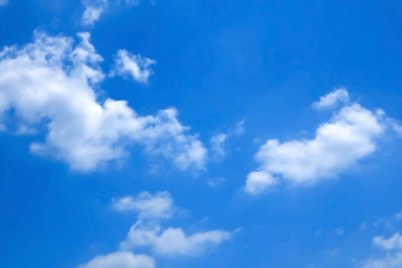 白い雲と抜けるような青空の写真画像