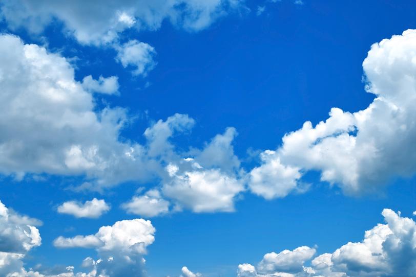 沢山の積乱雲と夏の青空の写真画像