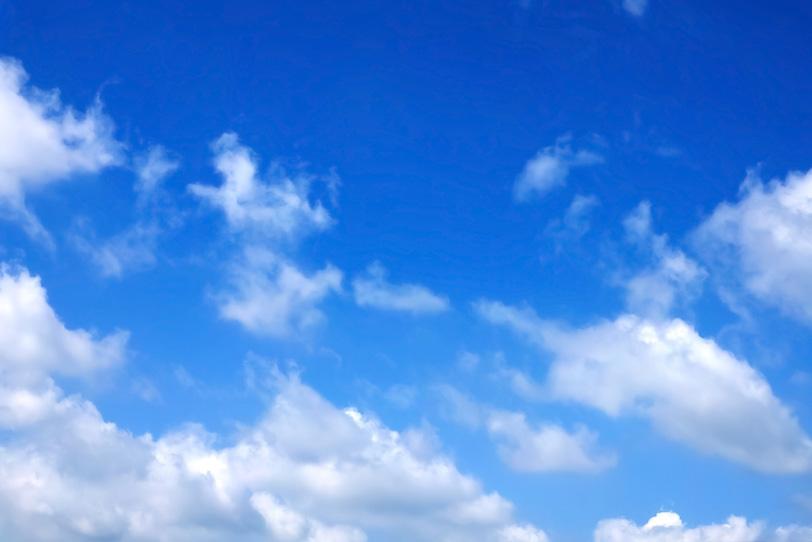 雲が踊る涼やかな青空の写真画像