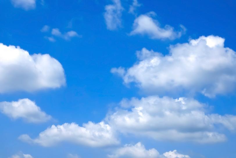 大きな積雲が青空に連なるの写真画像