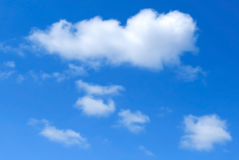 白い雲が青空にふわりと浮かぶの写真画像