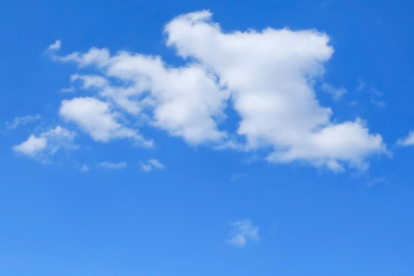 ベタ塗りの青空と白い綿雲の写真画像