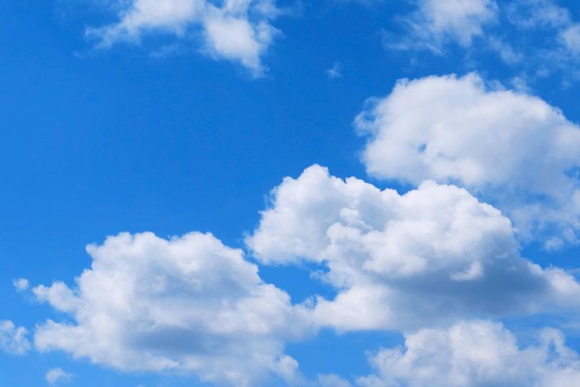 大きな白雲と清明な青空の写真画像