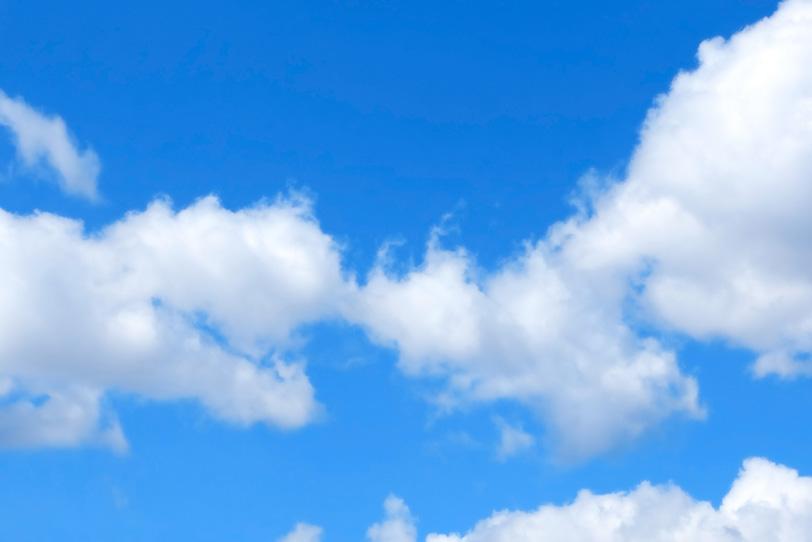 白い綿雲が連なる青空の写真画像