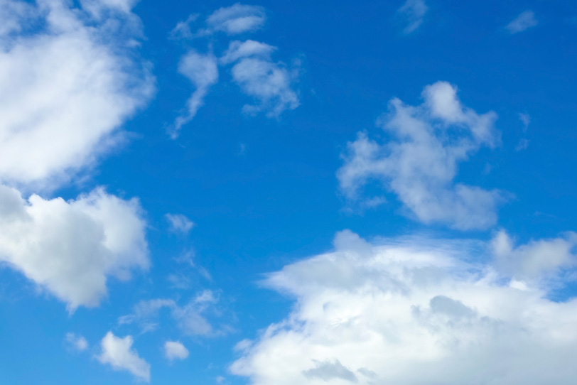 雲がゆっくりと舞う青空の写真画像