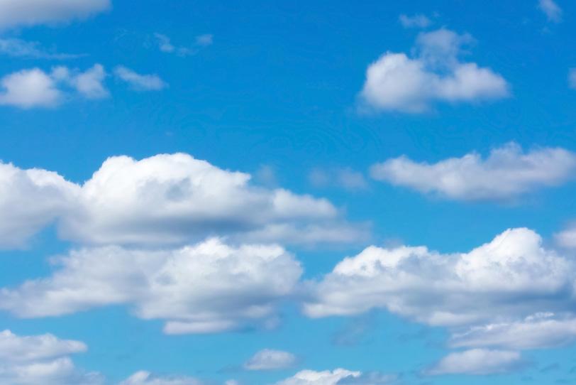 青空にのんびりとした雲が漂うの写真画像