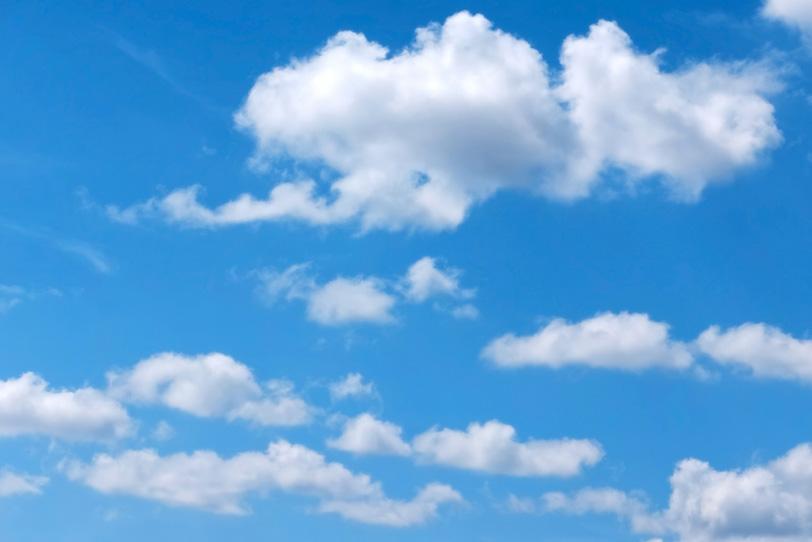 白い綿雲が浮かぶ濁りがない青空の写真画像