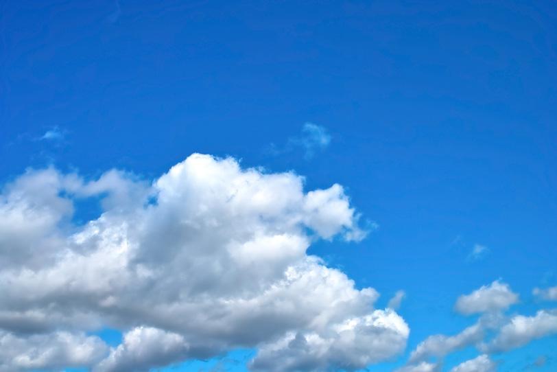 大きな積雲が流れる青空の写真画像