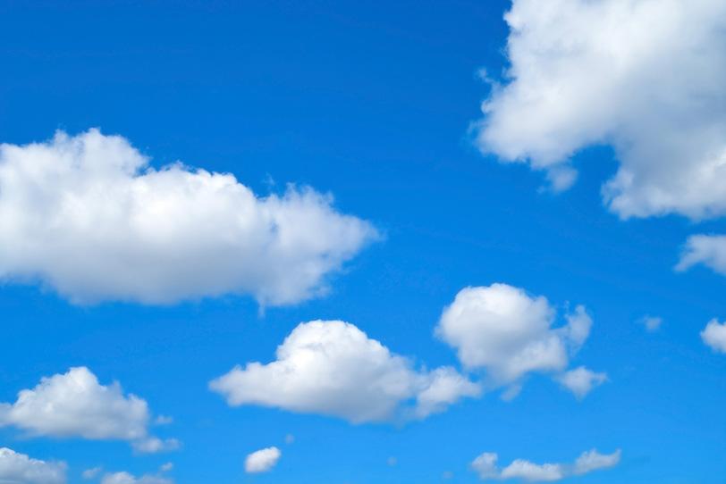 雲が浮かぶ長閑な青空の写真画像