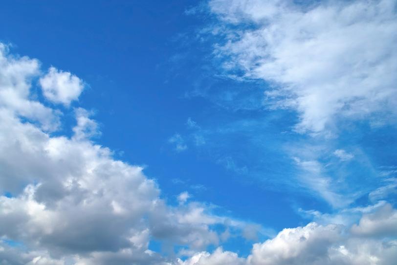 壮麗な雲が飾る広大な青空の写真画像