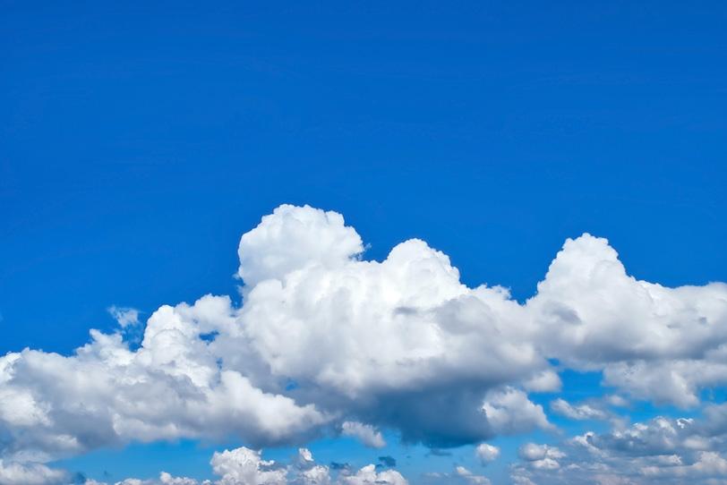 夏の青空に積乱雲が連なるの写真画像