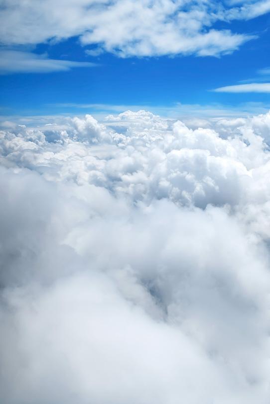 神々しい青空に壮麗な雲の写真画像