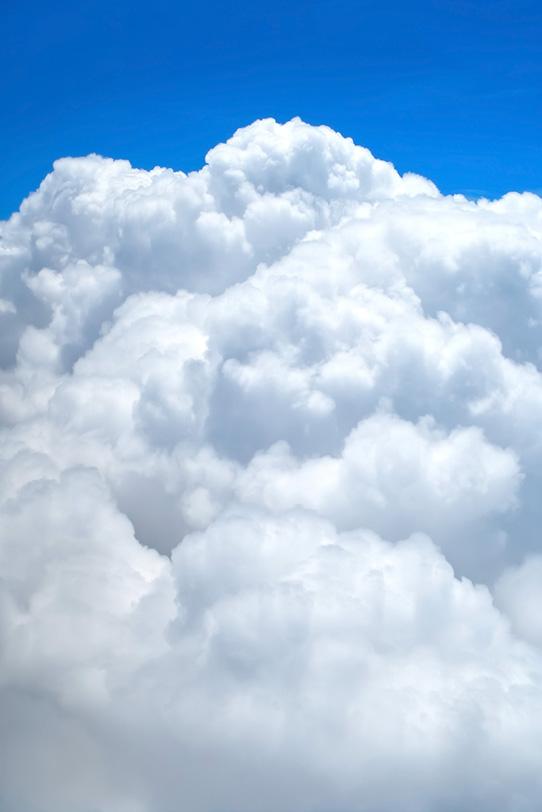 青空にそそり立つ茫漠たる積雲の写真画像