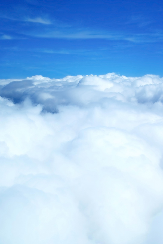 青空に続く雪のような雲の写真画像
