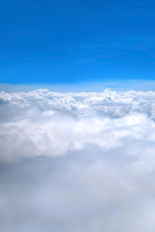 茫々たる雲と上空の澄み切った青空の写真画像