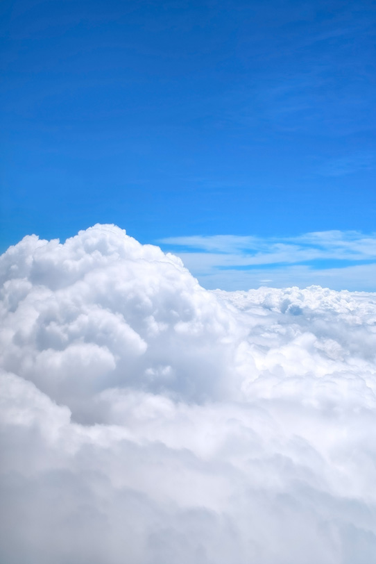 遥かに続く雲と上空の青空の写真画像