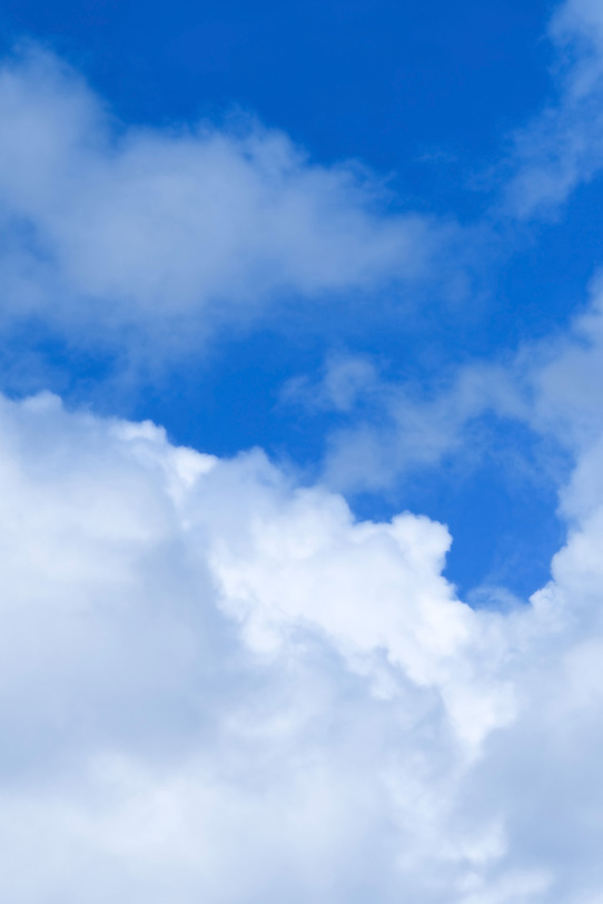 青雲が踊る様に滲む青空の写真画像