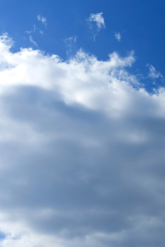 雲が覆いかぶさる黒い青空の写真画像