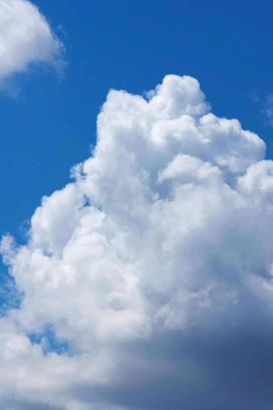 積乱雲が登り立つ青空の写真画像