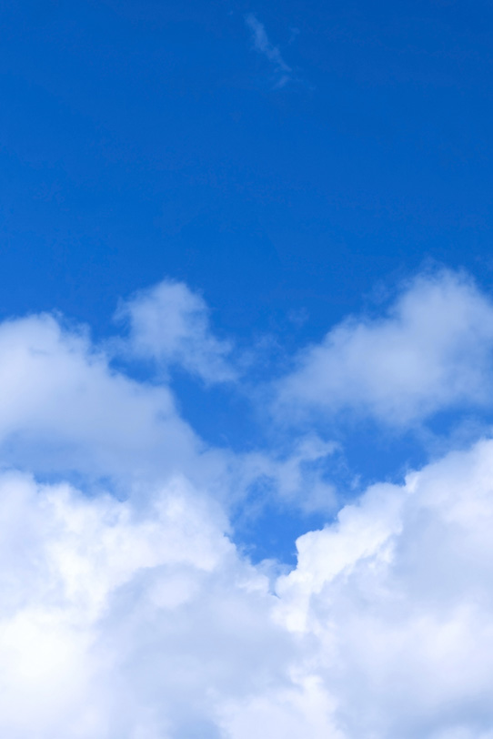 雲がにじむ濃青の青空の写真画像