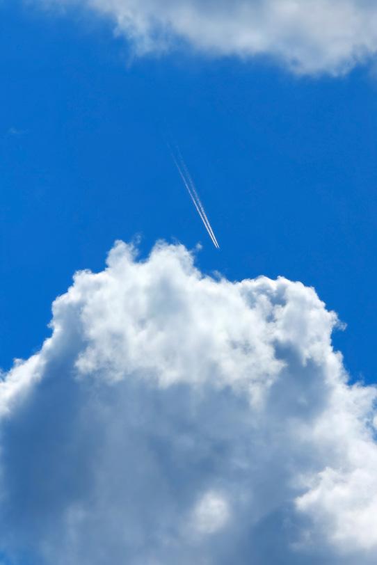 青空の飛行機雲と積乱雲の写真画像