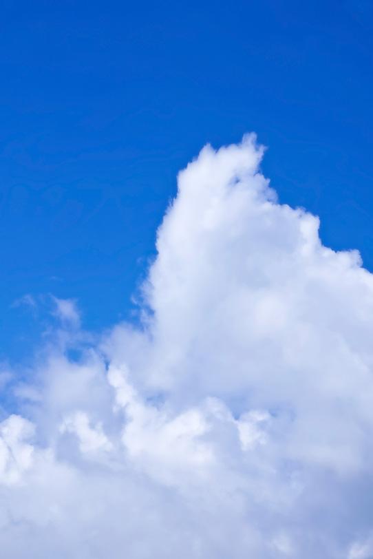 雲が沸き立つ紺碧の青空の写真画像