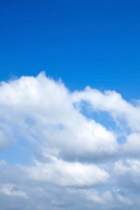 清らかな青空の下の群雲の写真画像