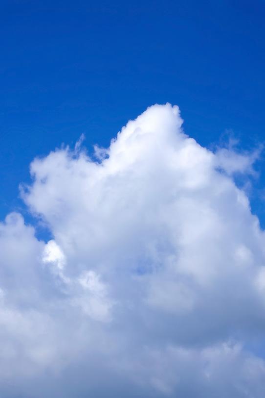 白く輝く雲が青空に向かうの写真画像
