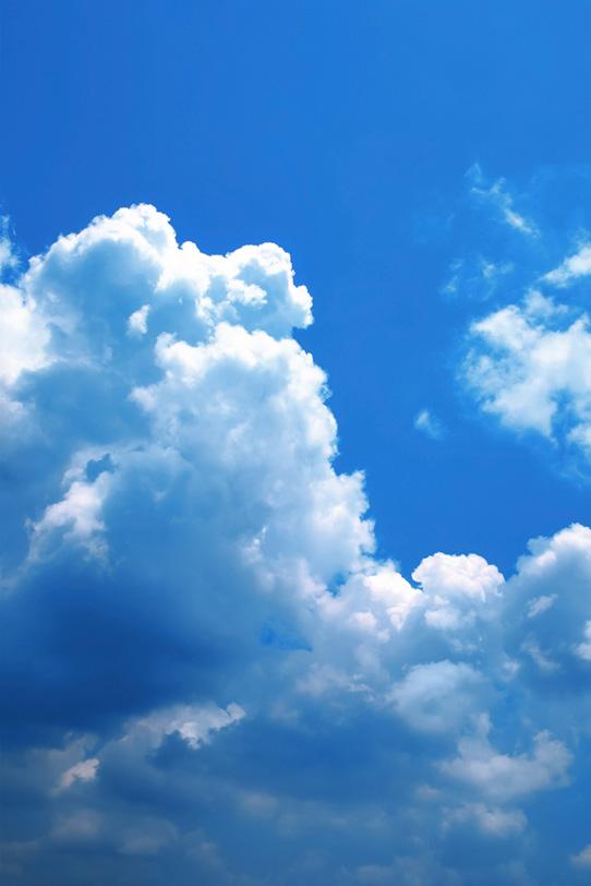 見上げる積乱雲の青空の写真画像