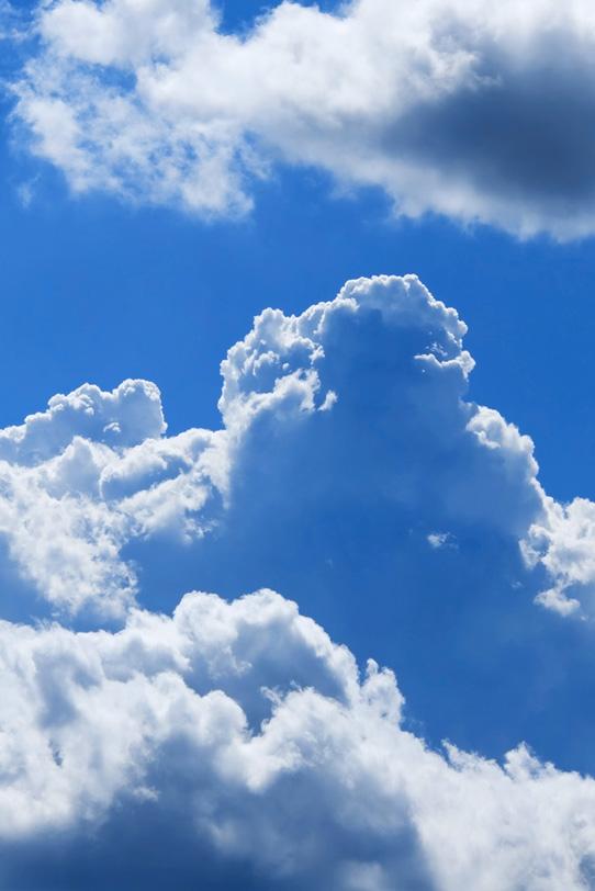 夏の山のような入道雲と青空の写真画像