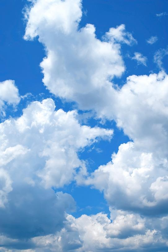 積乱雲が競うように登る夏の青空の写真画像