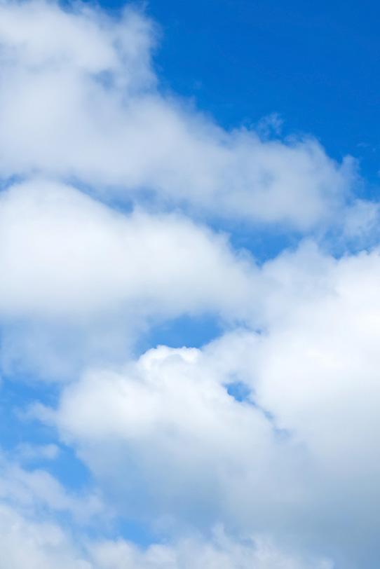 白い綿雲が重なる青空の写真画像