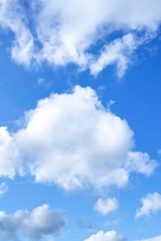 麗らかな青空に浮かぶ親子雲の写真画像