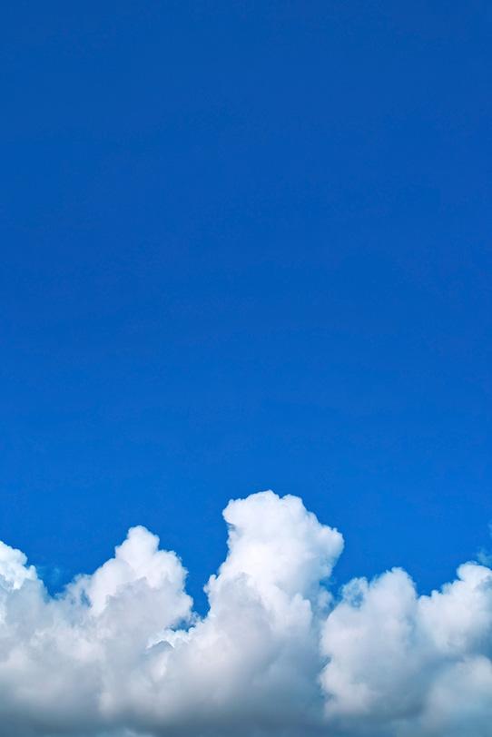入道雲が登る夏の青空の写真画像