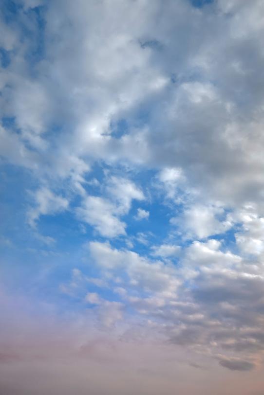 薄暗い青空に朝焼けが残るの写真画像