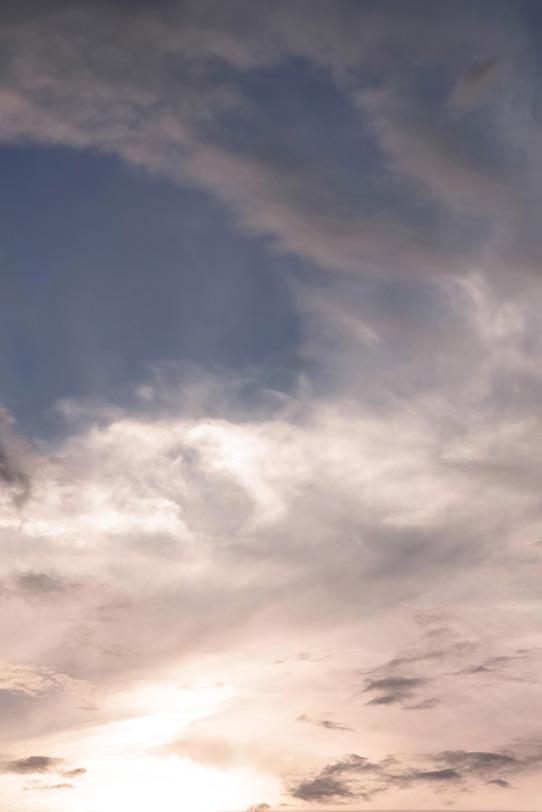 荘厳なる輝く夕陽の夕焼けの写真画像