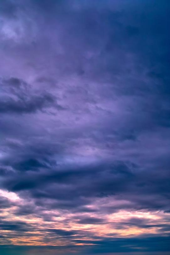 絶美な紫色に輝く夕焼けの写真画像