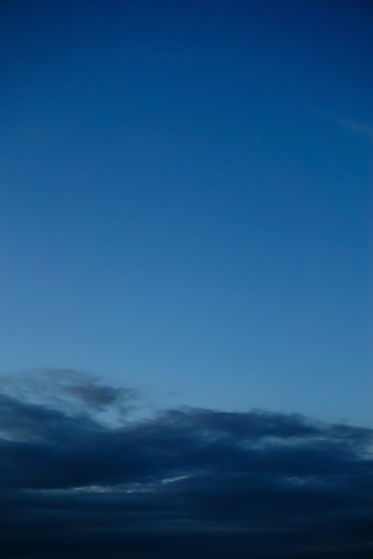 青藍色の日が沈んだ空の写真画像