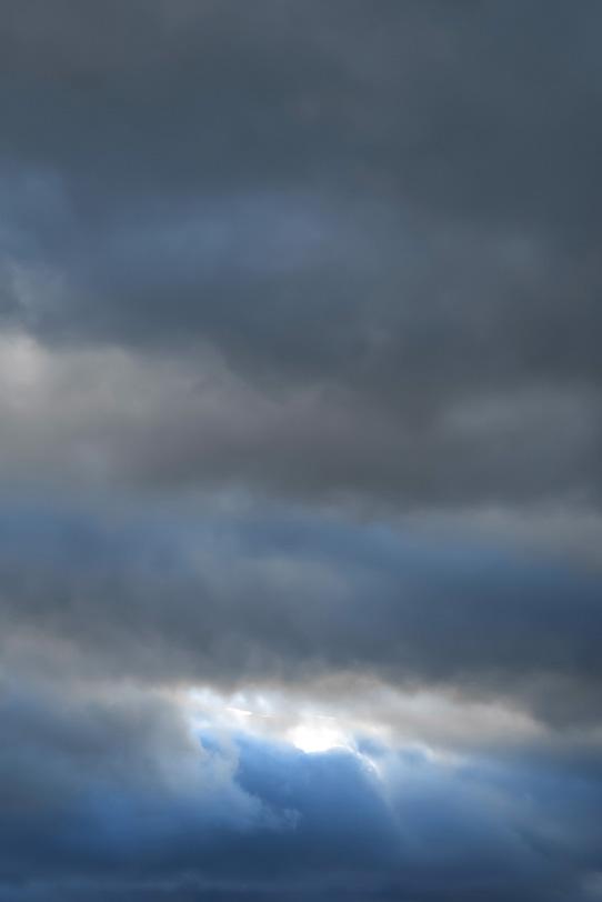 空に黒い雲が垂れ落ちるの写真画像